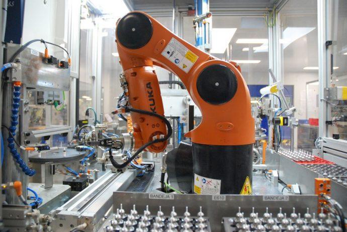 brazo robótico montaje grupo sensor