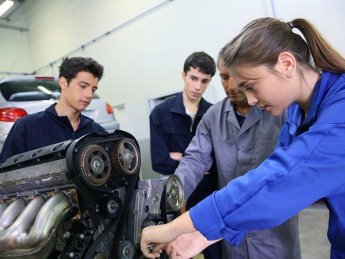 CETRAA y CONEPA llevan la formación continua del taller de vehículos al Parlamento