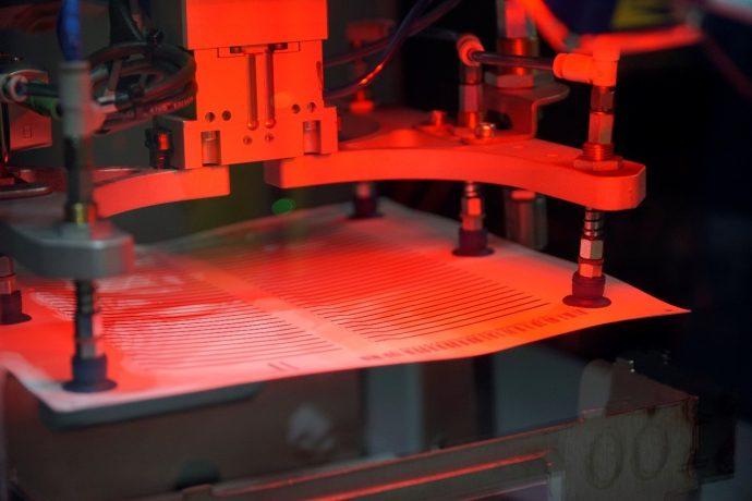 El brazo robot manipula los tapes para su apilado mediante succión por aire