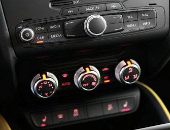 Desmontaje y montaje del condensador de climatización en un Audi A1