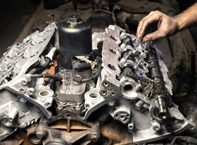 fijación tornillos de la culata del motor