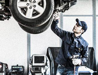 ¿Qué puede provocar fugas en la cremallera de dirección del vehículo?