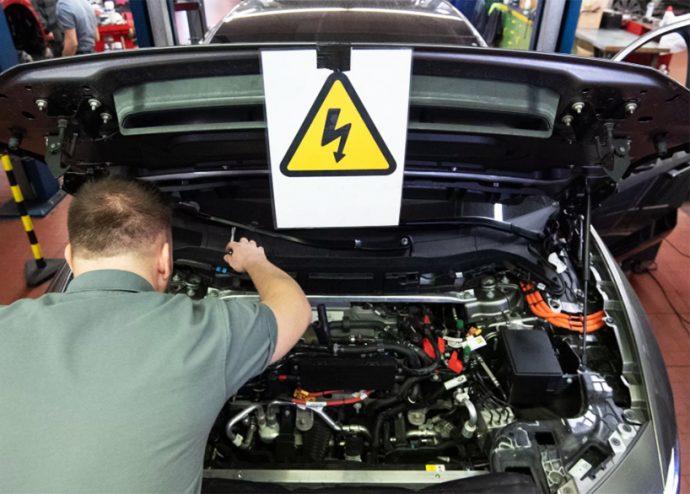 Industria Ganvam Aedive presentan cuaderno de recomendaciones para reparación de coches eléctricos