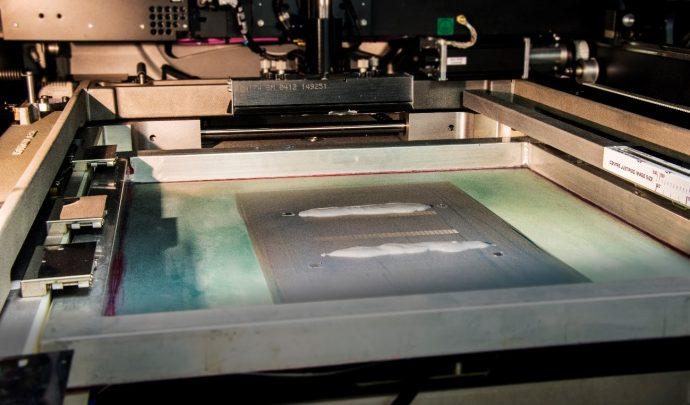Interior de la máquina de serigrafía que aplica la capa protectora a los electrodos de platino
