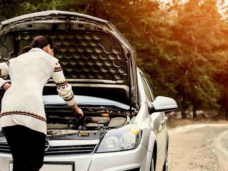 Prohibida reparación de vehículos en carretera o calle si no está considerado auxilio en vía pública